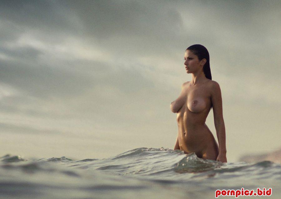 Лесбиянки в морских волнах фото 508-987