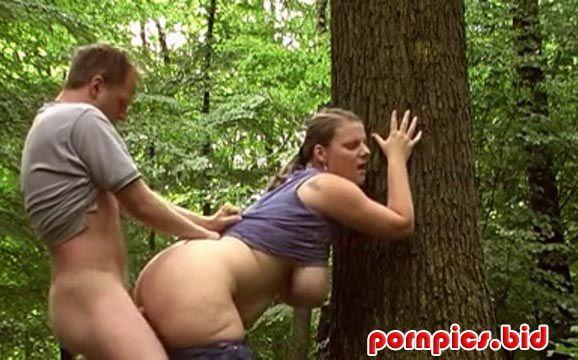 Трахает раком в лесу полненькую девушку