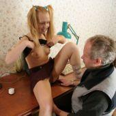 дочка показала папе приманка титьки