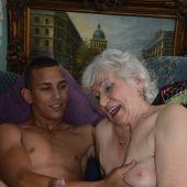 порно вместе с старой бабкой равно внуком домашнее